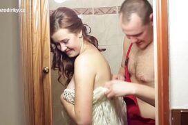 Transando com a vizinha casa no banheiro da casa dela