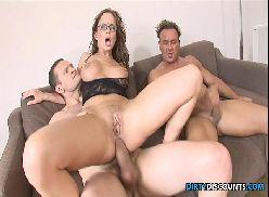 Pornogram amigos comendo puta juntos