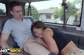 Mulheres peladas no boquete rápido no carro