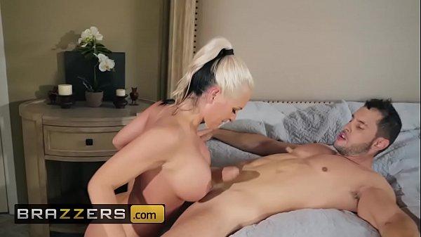 Anita pelada tocando punheta com os peitos