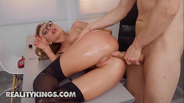 Pica grossa penetrando o bumbum da professora