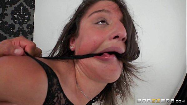 Sexo maravilhoso com novinha morena delirando de tesão