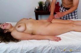 Novinha com tesao após a massagem gostosa do namorado