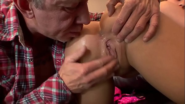 Video de sexo porno velho socando na buceta de uma gostosa