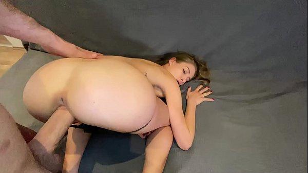 Reftube socando com força na vagina da ninfeta