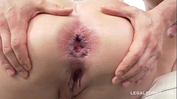 Sexo na laje com marmanjos comendo o cu da loira