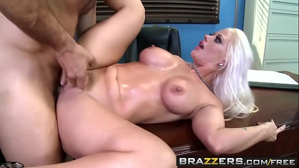 Loira gulosa fazendo sexo com os pés e metendo pra valer