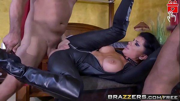 Putaria com morena que adora levar rola de vários machos